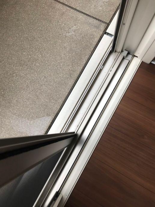 窓のサッシ