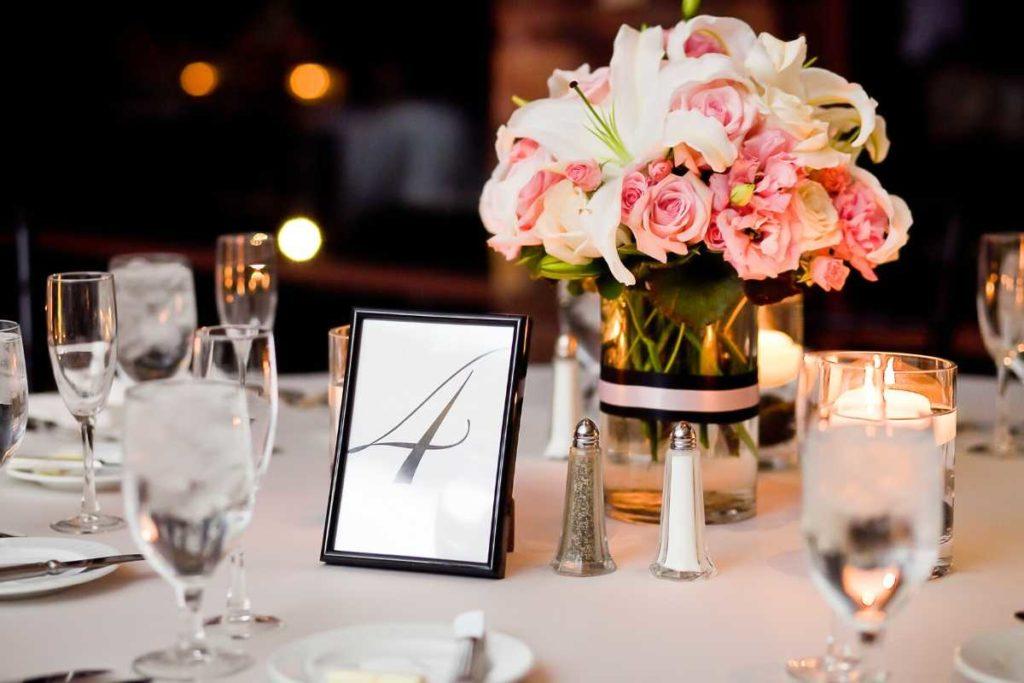 結婚式の披露宴会場テーブル