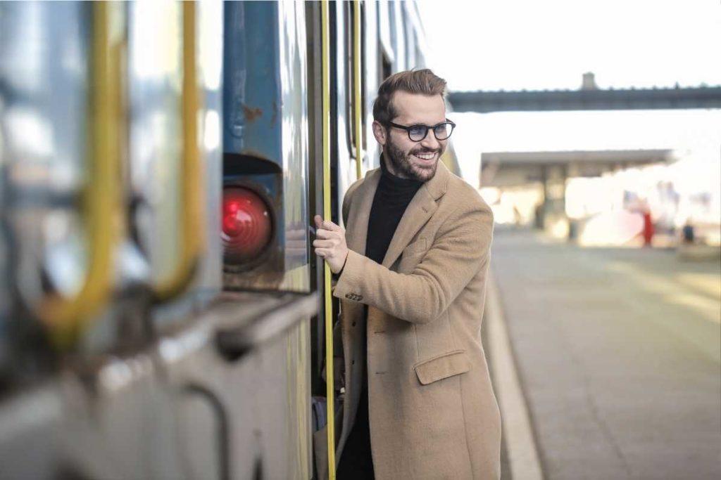 にこやかに電車に乗る人
