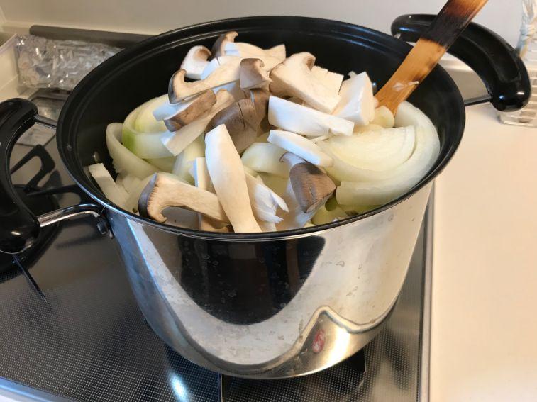 シチューの具材を炒めています