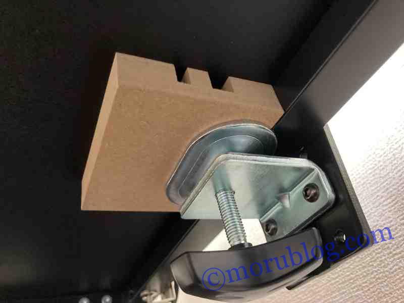 Amazonベーシックモニターアームを机に取り付ける